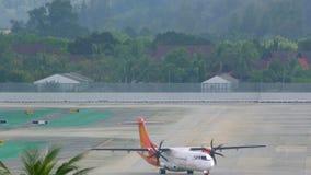 Avion de turbopropulseur sur la piste de roulement banque de vidéos