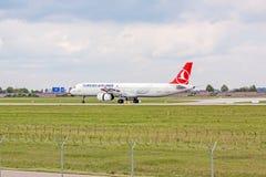 Avion de Turkish Airlines à l'approche d'atterrissage, aéroport Stuttgart, Allemagne Photo libre de droits