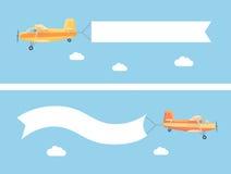 Avion de vintage de vol avec la bannière de la publicité Images stock