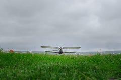 Avion de vintage sur l'herbe verte images libres de droits