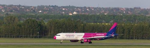 Avion de voies aériennes d'air de Wizz à l'aéroport Hongrie de Budapest Image libre de droits
