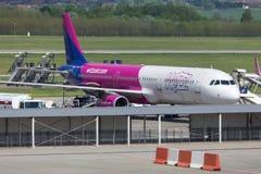 Avion de voies aériennes d'air de Wizz à l'aéroport Hongrie de Budapest Images stock