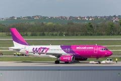 Avion de voies aériennes d'air de Wizz à l'aéroport Hongrie de Budapest Image stock