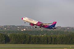 Avion de voies aériennes d'air de Wizz démarrant à l'aéroport Hongrie de Budapest Photo libre de droits