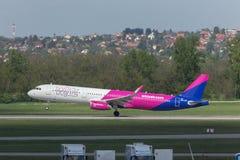 Avion de voies aériennes d'air de Wizz démarrant à l'aéroport Hongrie de Budapest Images libres de droits