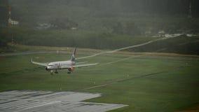 Avion de voies aériennes d'Azur, Boeing 757, débarquant à l'aéroport de phuket Photographie stock libre de droits