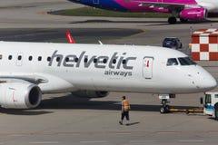 Avion de voies aériennes de Helvetic à l'aéroport Hongrie de Budapest Photos stock