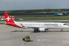 Avion de voies aériennes de Helvetic à l'aéroport Hongrie de Budapest Images stock