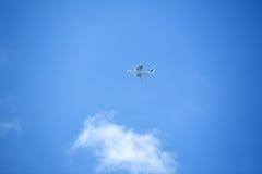 Avion de vol sur le ciel bleu Photos libres de droits