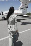 Avion de Walking Towards Private de femme d'affaires Images stock