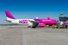 Avion de Wizzair à l'aéroport de Danzig Images libres de droits