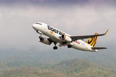 Avion du décollage de Tigerair Taïwan Airbus A320 images stock