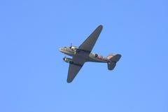 Avion du Dakota juste avant les parachutistes de baisse Photographie stock