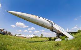Avion du Tupolev Tu-144 à l'aérodrome abandonné Photographie stock