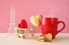 Avion en bois avec le coeur à côté de la tasse de coffe Image stock