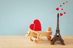 Avion en bois avec le coeur à côté de Tour Eiffel Photos stock
