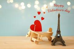Avion en bois avec le coeur à côté de Tour Eiffel Photographie stock