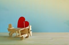 Avion en bois avec le coeur sur la table Photographie stock