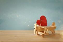 Avion en bois avec le coeur sur la table Image stock
