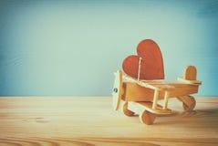 Avion en bois avec le coeur sur la table Images libres de droits