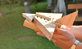 Avion en bois fait maison de jouet dans les mains des hommes, le concept du voyage, rêves, liberté, jouant avec l'enfant Photos libres de droits