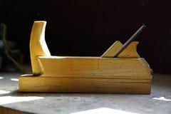 Avion en bois sur la table Outils de bricolage de vintage photos stock