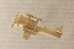 Avion en bois sur le fond texturisé de papier Photographie stock