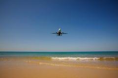 Avion en ciel au-dessus de mer Thaïlande phuket Photographie stock