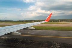Avion en ciel bleu d'aile d'avion de route de piste d'atterrissage dans l'aéroport Photographie stock libre de droits