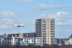 Avion entrant pour atterrir Images stock