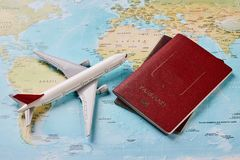 Avion et deux documents de voyage de passeports image stock