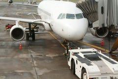 Avion et pont aèrien d'aéroport Image libre de droits