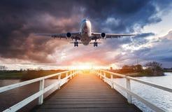 Avion et pont en bois Photographie stock