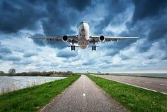 Avion et route Images stock