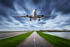Avion et route avec l'effet de tache floue de mouvement Photographie stock