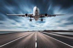 Avion et route avec l'effet de tache floue de mouvement Images stock