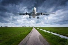 Avion et route de campagne Paysage Image libre de droits