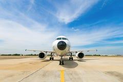 Avion et route Paysage avec le grand avion blanc i de passager Image stock