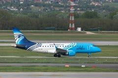 Avion exprès de lignes aériennes d'Egyptair à l'aéroport Hongrie de Budapest Image libre de droits