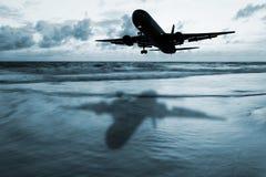 Avion foncé avec le paysage marin brouillé Images libres de droits