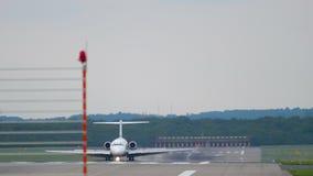 Avion freinant après le débarquement banque de vidéos