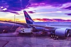 Avion garé à l'aéroport de Barajas, Madrid, Espagne Photos libres de droits