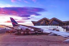 Avion garé à l'aéroport de Barajas, Madrid, Espagne Images stock