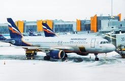 Avion garé à la porte terminale Photo stock