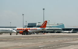 Avion garé de passanger à la piste d'aéroport Images stock