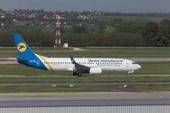 Avion international de voies aériennes de l'Ukraine à l'aéroport Hongrie de Budapest Photos stock