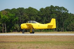 Avion jaune de cru Photographie stock