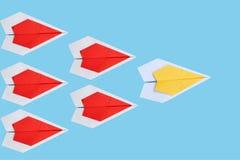 avion jaune de papier en tant que chef parmi l'avion rouge, leadershi Images libres de droits