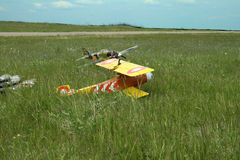 Avion jaune sur l'herbe Photo stock