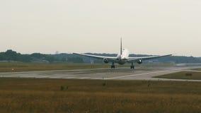 Avion jumel à fuselage large de moteur s'approchant au matin banque de vidéos